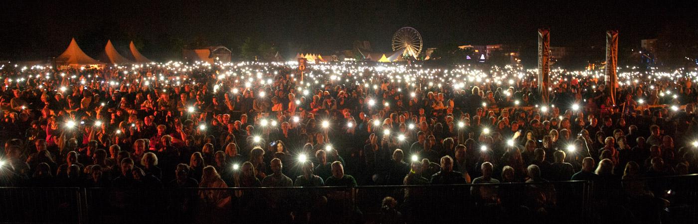 Publikum der Flammenden Sterne Ostfildern mit Handylichtern